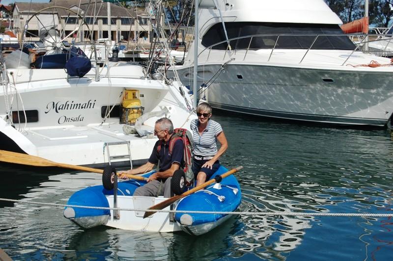 Dagen efter stormen; bryggan helt av så folk fick sjösätta sina dingar och paddlar ut till båten.