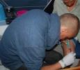 Anton provar på att sy lite till i den stackars patienten