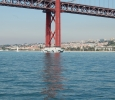 Under bron på väg in i floden Tejo till Lissabon