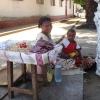 Mor och barn säljer kakor och nötter