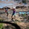 Kvinnan hugger efter sten