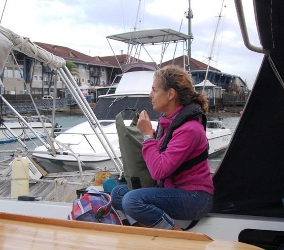 Beredd att lämna båten med packade väskor