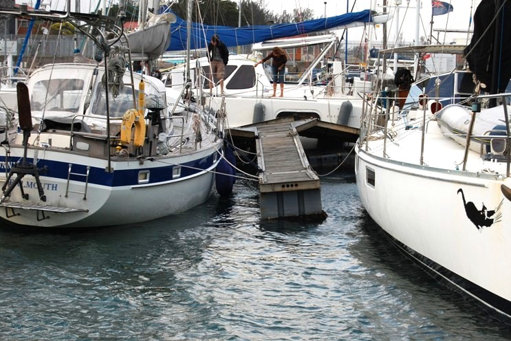 Båten Sea bunny kläms mellan pontonerna
