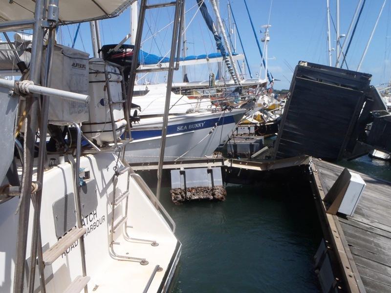 Båtarna här har ingen brygga alls att förtöja vid, ligger med tampar in till land.